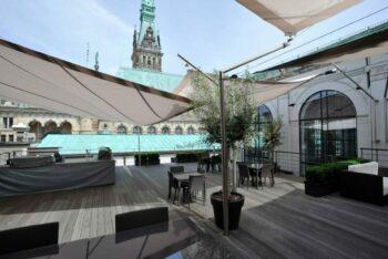 Olympischer Segelsport über den Dächern Hamburgs